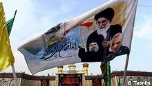 Mehr als zwei Millionen iranische Schiiten sind zum Arbain-Fest in den Irak gereist. Arbain markiert den 40. Tag nach dem Aschura-Fest, bei dem die Schiiten des Todes von Imam Hossein bei der Schlacht von Kerbela im Jahr 680 nach Christus. Auf der Fahne sind zu sehen: Oben Ali Chamene'i (Religionsführer des Irans), Rechts: Ghassem Soleimani ( Kommandeur der al-Quds-Einheit, einer Division der Iranischen Revolutionsgarde ) und links: Hassan Nasrallah (Generalsekretär der libanesischen Partei und Organisation Hisbollah)