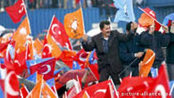 Supporters of Turkey's ruling AKP 'Justice and Development' party wave flags during their local election rally in Istanbul, Turkey, 22 March 2009. Turkey will go to the polls in local elections on 29 March 2009. EPA/KERIM OKTEN +++(c) dpa - Report+++