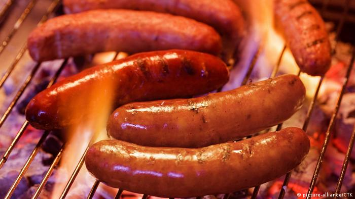 Sausages on a charcoal grill (photo: picture alliance)
