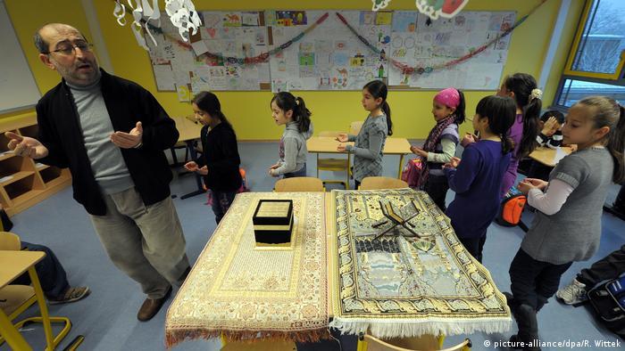 Deutschland Islamischer Religionsunterricht in einer Grundschule in Ludwigshafen-Pfingstweide (picture-alliance/dpa/R. Wittek)