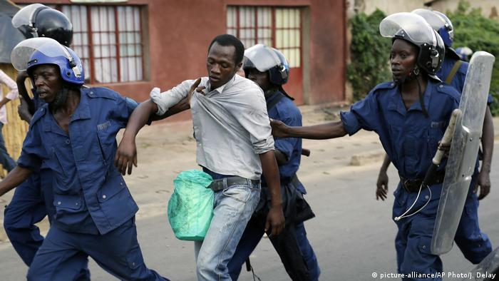 Security forces detain a man (picture-alliance/AP Photo/J. Delay)