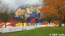 A giant globe sits on the grounds of COP23 in Bonn (DW/P. Große)