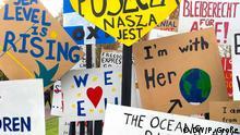 09.11.2017 Kunstinstallation in den Rheinauen in Bonn anlässlich der COP23. Zusammenstellung mehrerer Protestplakate gegen den Klimawandel. Installation des Theaters Bonn.