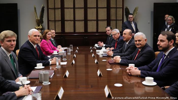 USA Washington Mike Pence und Binali Yildirim (picture-alliance/AA/Turkish Prime Ministry/M. Aktas)