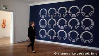 Deutschland Leverkusen - Doppelausstellung Maison de Plaisance mit Rosemarie Trockel (picture-alliance/dpa/O. Berg)