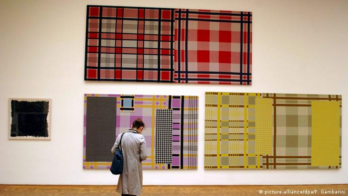 Knitted Paintings von Rosemarie Trockel auf der Art Cologne (picture-alliance/dpa/F. Gambarini)