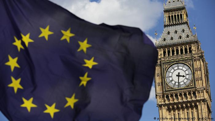 An EU flag flies in front of Big Ben (picture-alliance/empics/D. Leal-Olivas)