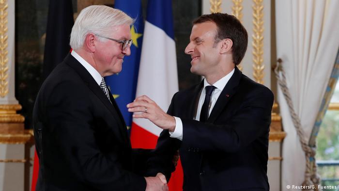 77b1f280e Prezydent Niemiec Frank-Walter Steinmeier (l.) na spotkaniu z prezydentem  Francji Emmanuelem