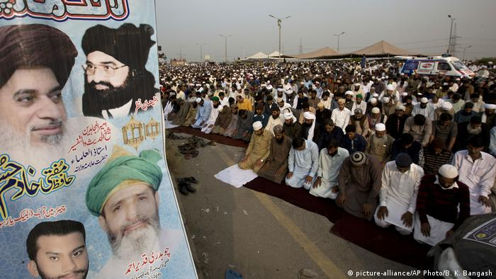 Pakistan Islamabad - Islamists protest against ministers (picture-alliance/AP Photo/B. K. Bangash)