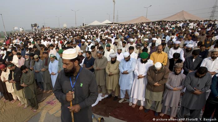 Pakistan Islamabad - Islamisten Protestieren gegen Minister (picture-alliance/AP Photo/B. K. Bangash)