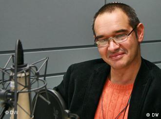Антон Носик в радиостудии