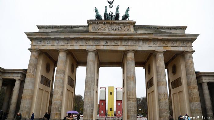 Deutschland Bus-Installation Monument am Brandenburger Tor