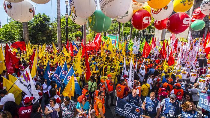 Centenas de pessoas marcharam em São Paulo contra a reforma