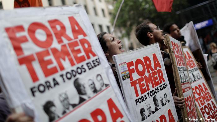 """Manifestantes seguram cartazes """"Fora Temer"""" em protesto contra reforma trabalhista no Rio"""