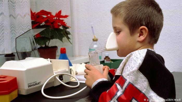 Kind beim Inhalieren