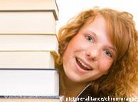 Девушка со стопкой книг