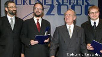 Bundespräsident Johannes Rau steht am 19.10.2000 im deutschen Pavillon auf der Weltausstellung Expo 2000