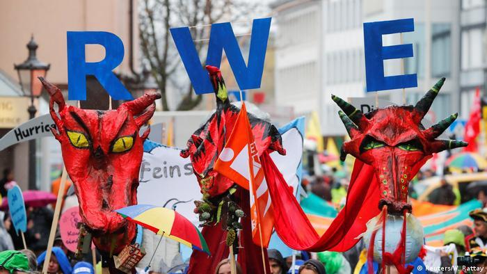 Марш проти компанії RWE під час демонстрації в Бонні