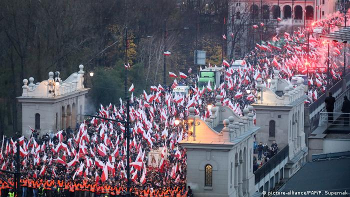 Poles waving the Polisj flad march across Poniatowski bridge (picture-alliance/PAP/P. Supernak)