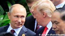 Trump im November 2017 mit Russlands Präsident Putin (picture-alliance/dpa/AP)