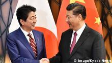 11.11.2017+++Danang, Vietnam+++ Japan s Abe, China s Xi meet over bilateral ties, N. Korea Japanese Prime Minister Shinzo Abe (L) and Chinese President Xi Jinping shake hands before talks in Danang, Vietnam, on Nov. 11, 2017. (Pool photo) PUBLICATIONxINxGERxSUIxAUTxHUNxONLY