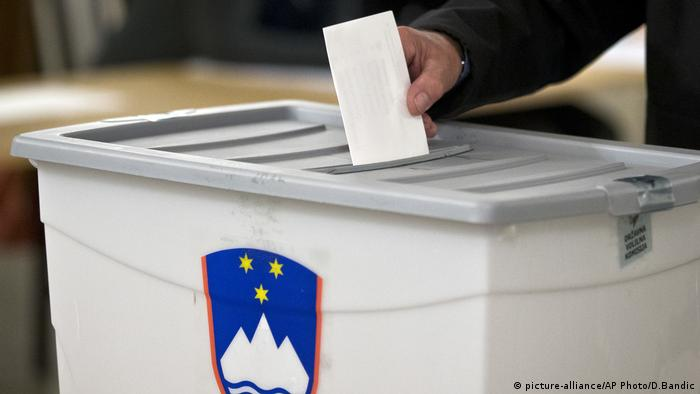 A voter casts his ballot at a polling station in Sempetr Pri Gorici, Slovenia (picture-alliance/AP Photo/D.Bandic)