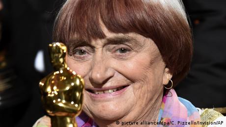 Agnes Varda accepting an Oscar (picture alliance/dpa/C. Pizzello/Invision/AP)