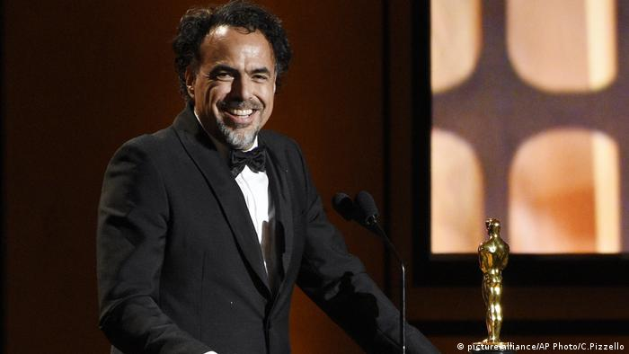 Alejandro Gonzalez Inarritu receiving his Oscar