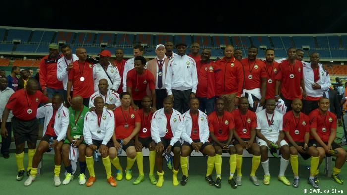 Os ex-jogadores da seleção nacional moçambicana: um pouco fora de forma, mas mostraram que ainda sabem jogar futebol