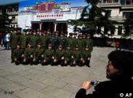 中国军人在布达拉宫附近