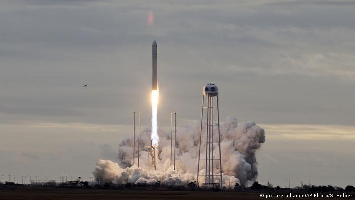 Orbital ATK's Antares rocket lifts off from Wallops Island, Virginia on Sunday, Nov. 12, 2017 (picture-alliance/AP Photo/S. Helber)