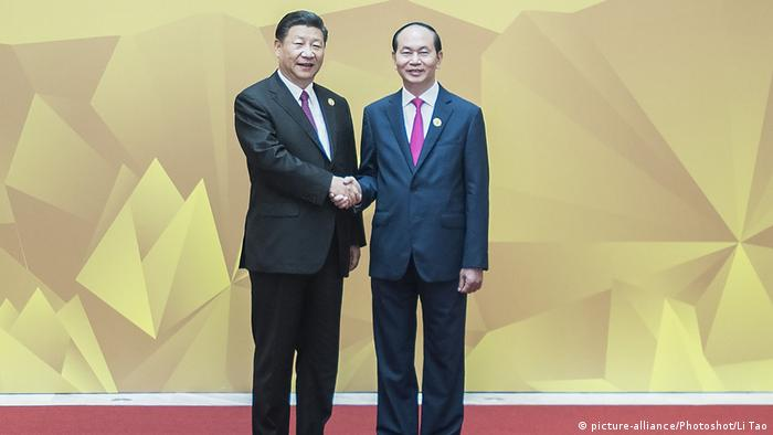 Vietnam | APEC | Präsident Tran Dai Quang trifft Chinas Präsident Xi Jinping (picture-alliance/Photoshot/Li Tao)