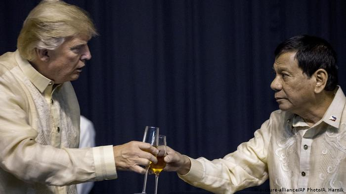 Philippinen | ASEAN-Gipfel | Präsident Rodrigo Duterte mit US-Präsident Donald Trump in Manila (picture-alliance/AP Photo/A. Harnik)