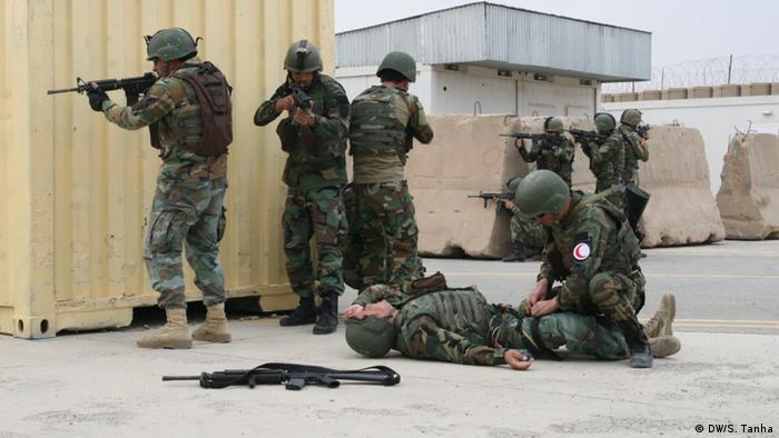 Афганистан |  Italienische НАТО-Truppen, обучающий афганские силы специального назначения (DW / S. Tanha)