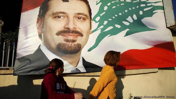 Cartaz mostra o primeiro-ministro Saad Hariri