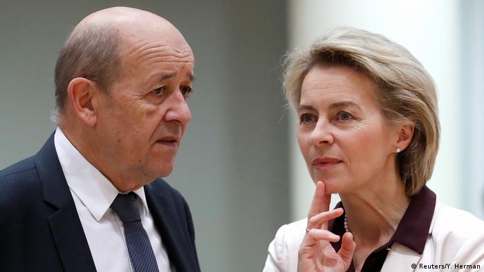 Fransa Savunma Bakanı Jean-Yves Le Drian, solda, Almanya Savunma Bakanı Ursula von der Leyen ile PESCO'da imzaların atıldığı zirvede
