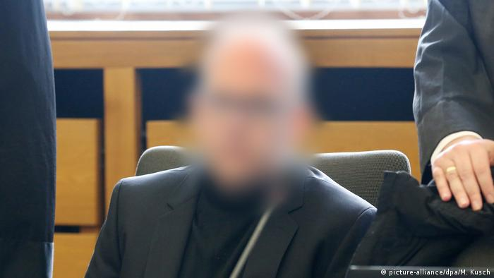 Pharmacist goes on trial (blurred face) (picture-alliance/dpa/M. Kusch)