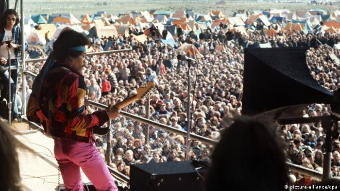 Jimi Hendrix on stage at a festival in Fehmarn, 1970 (picture-alliance/dpa)