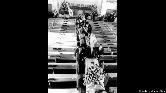 Casket and mourners, Jimi Hendrix funeral (picture-alliance/dpa)