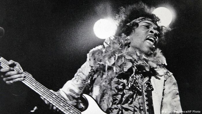 Jimi Hendrix on stage 1967 (picture-alliance/AP Photo)