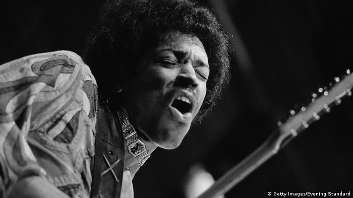 Jimi Hendrix spielt Gitarre beim Isle of Wright Festival 1970 (Getty Images/Evening Standard)
