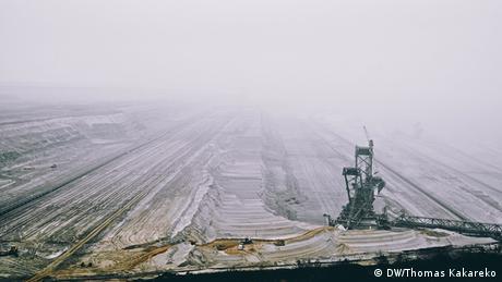 Deutschland Kerpen Tagebau Hambach Bagger (DW/Thomas Kakareko)