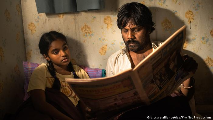 Film scene of Dheepan with a father reading a story to his daughter (picture-alliance/dpa/Why Not Productions)