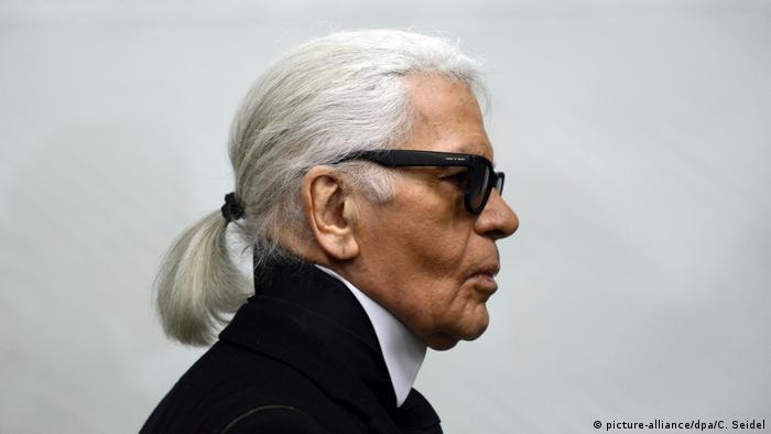 Modedesigner Karl Lagerfeld im Profil, mit Sonnenbrille und Pferdeschwanz (picture-alliance/dpa/C. Seidel)