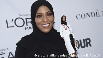 Amerykańska szablistka Ibtihaj Muhammad z lalką Barbie w hidżabie