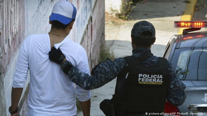 Mexiko Verhaftung nach Schießerei mit Polizei (picture-alliance/AP Photo/B. Hernandez)
