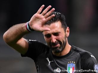 الأسطورة بوفون يذرف الدموع بعد فشل المنتخب الإيطالي في الوصول غلى نهائيات روسيا 2018