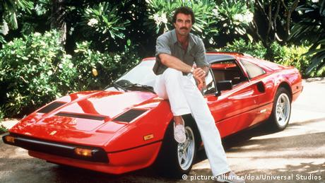 Thomas Magnum (Tom Selleck) mit seinem roten Ferrari 308 GTS (picture-alliance/dpa/Universal Studios)