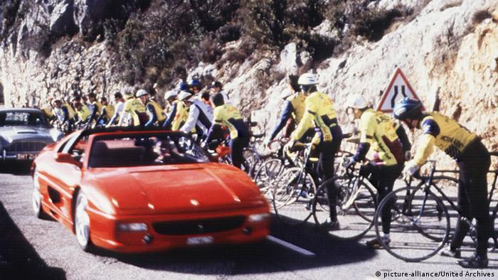 Кадр із фільму Золоте око: перегони Ferrari 355 GTS та Aston Martin DB5