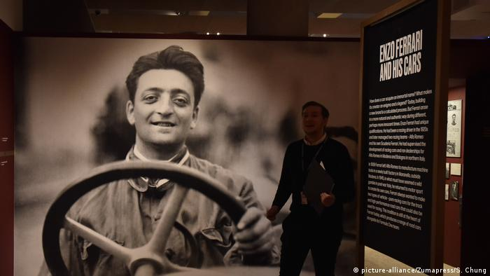 Ausstellung Under the Skin: Foto von Enzo Ferrari am Lenkrad (picture-alliance/Zumapress/S. Chung)